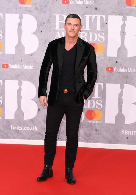 Luke Evans Falla Con Su Atuendo En Negro Para La Alfombra Roja De Los Brit Awards 3