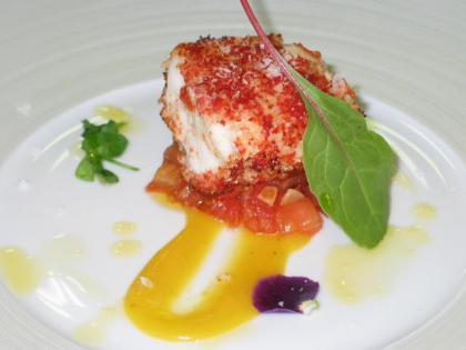 Rape marinado al instante con vinagreta de tomate caliente y almendras. Receta
