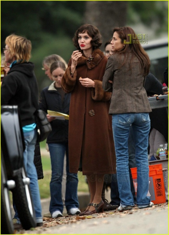 Foto de Angelina Jolie en el set de 'The Changeling' de Clint Eastwood (1/14)