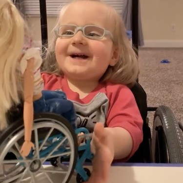 La emotiva reacción de una niña de dos años con espina bífida al recibir de regalo una Barbie en silla de ruedas, como ella