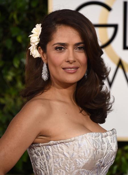 Salma Hayek se casa de blanco de Alexander McQueen en los Globos de Oro 2015