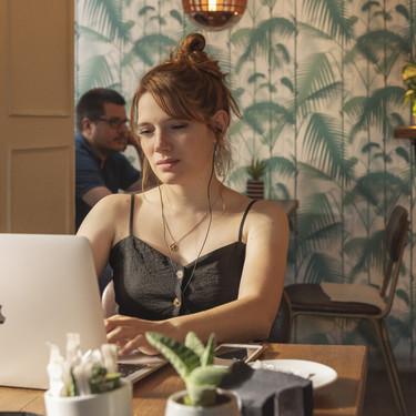 Estos son los papeles pintados protagonistas en Valeria, una de las series de Netflix más vistas esta temporada