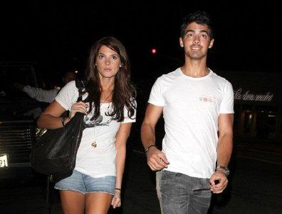 Joe Jonas piensa en boda... Ashley ¡huye mientras puedas!