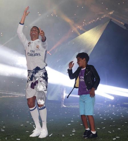 Cristiano Ronaldo celebra su mejor título: papá de gemelos