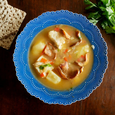 Níscalos con patatas y bacalao: un guiso de setas fácil, pero exquisito