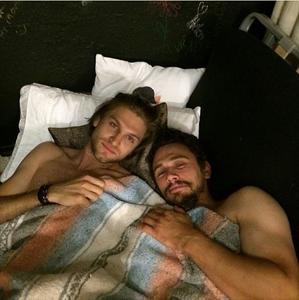 ¿Qué hace James Franco metido en la cama y desnudo con Keegan Allen?