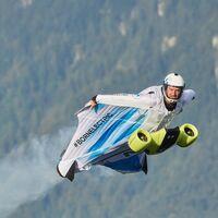 BMW ya permite volar: diseña un 'traje de ardilla' unido a un sistema de propulsión eléctrico... y ya lo han probado