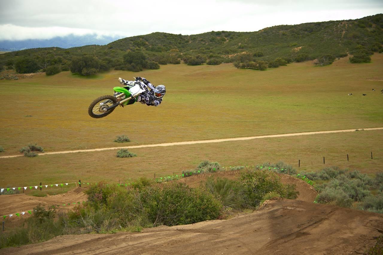 Foto de Nueva Kawasaki KX450F 2013: de la experiencia del AMA Supercross y Motocross a tu garaje (Acción) (42/42)