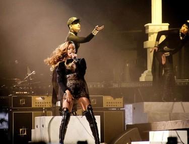 Hay gente a la que lanzan rosas y luego esta Rihanna a la que lanzan patatas fritas