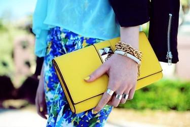 Añádele color a tu outfit con tus complementos