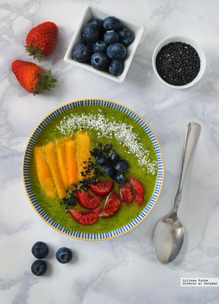 Smoothie bowl verde de kiwi, rúcula y avena: receta para un desayuno saludable