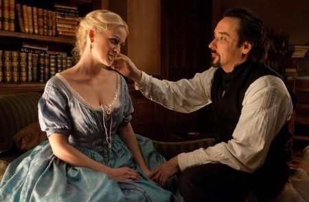 Alice Eve y John Cusack en El Enigma del Cuervo
