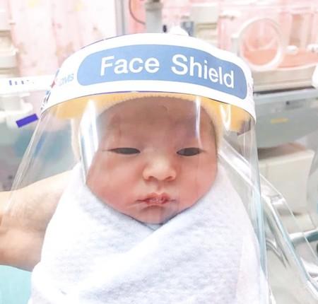Así son las minipantallas faciales para proteger a los bebés del coronavirus en Tailandia