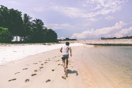 Running en la playa: todos los beneficios que trae correr por la arena (y qué precauciones tomar)