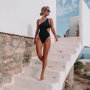 Si todavía no te has ido de vacaciones estos 13 bikinis y bañadores con aberturas son perfectos para arriesgar, y ganar