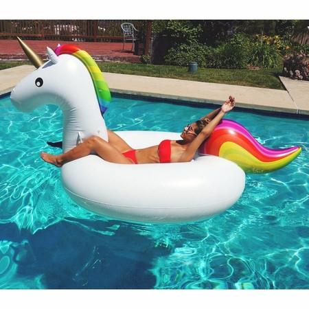 31 flotadores y colchonetas hinchables para la piscina por menos de 48 euros: desde sandías a unicornios