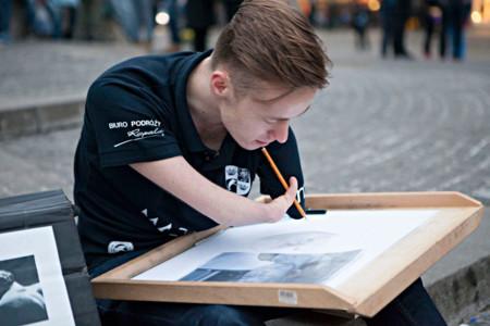 No tener brazos no es obstáculo para ser uno de los mejores dibujantes del mundo