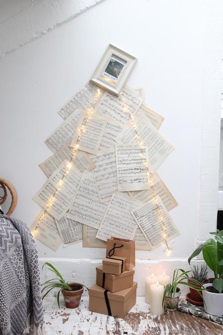 Un árbol de Navidad romántico y original hecho con partituras musicales