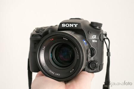 Sony no lo dice, pero pasa de las DSLR: las mirrorless son su presente y su futuro
