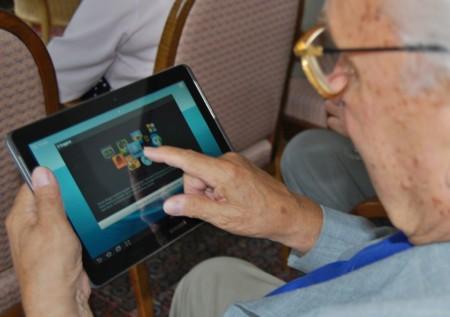 Las personas mayores son más cuidadosas en línea pero menos atentos a los peligros