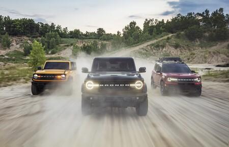 Atención, spoiler: hay un Shelby Bronco en camino, o eso nos dejan caer en este vídeo corriendo contra un Shelby GT500