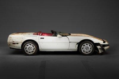 El Corvette que fue tragado por la tierra ya está en el taller