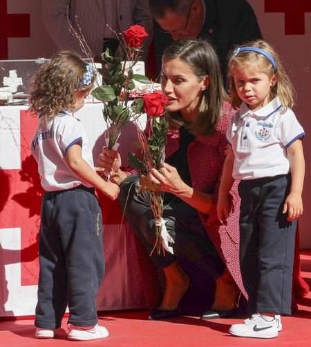 La Reina Letizia luce ya abrigo de entretiempo en el Dia de la banderita de la Cruz Roja