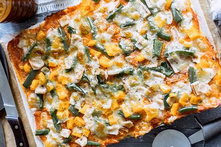 Pizza de pimiento y jamón hecha con pan de caja. Receta fácil y rápida