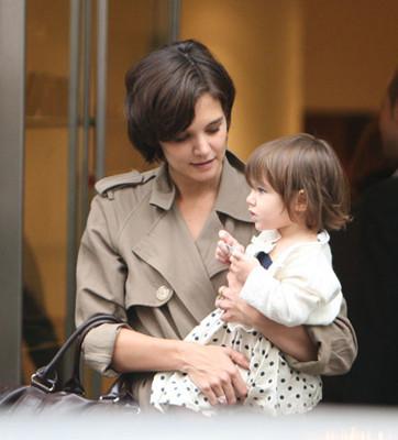 Katie Holmes y su hija Suri de compras por París