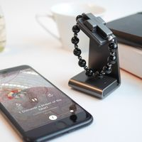 'Haz clic para rezar': El Vaticano lanza un rosario inteligente que se conecta con el móvil al hacer el gesto de la cruz