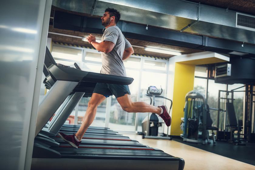 ¿Estás cansado de correr en la cinta? Un entrenamiento de 30 minutos que te reconciliará con ella