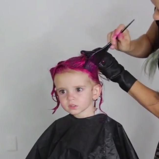 Le tiñe a su hija el pelo de rosa y le llueven las críticas