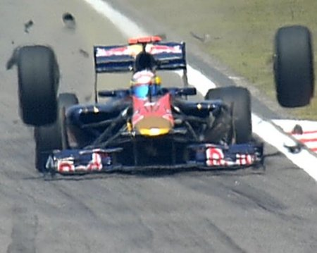 Momento de la rotura de toda la nueva suspension delantera del Toro Rosso STR5 en Shanghái