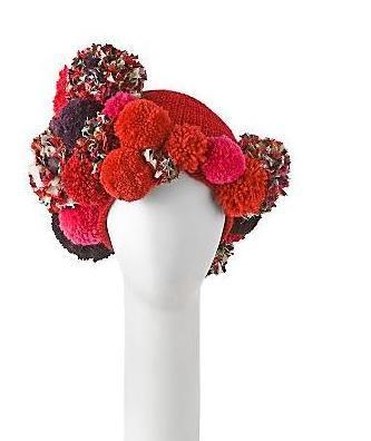 Pompones de lana como tocado para el invierno de Diane von Furstenberg