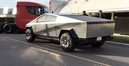 El Tesla Semi y el Cybertruck posan juntos y podrían participar en el programa 'Jay Leno's Garage'