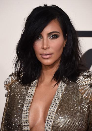 ¡Como si estuviese en su casa! Kim Kardashian se va con la bata de Gaultier a los Grammy 2015