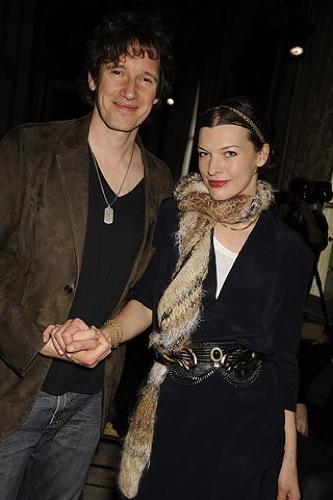 Mila Jovovich en el front row de Miu Miu en la Semana de la Moda de París