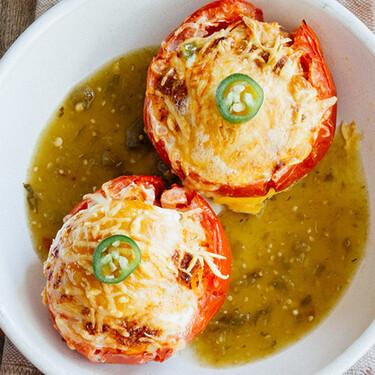 Jitomates rellenos con huevo gratinados. Receta de desayuno