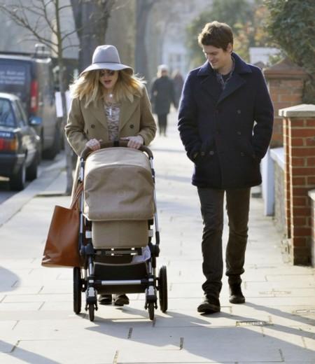 Papi, mami y un bebé. Su primer y estiloso paseo (y consejos para el tuyo)