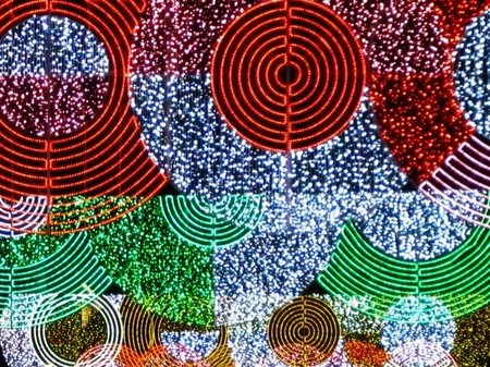 En Madrid ya ha llegado la Navidad con la iluminación de las calles y los mercadillos de la Plaza Mayor