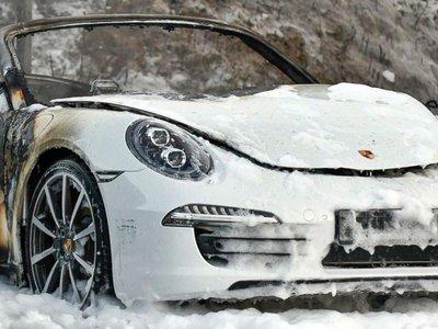 Doce indefensos Porsche, calcinados como tributo a los dioses anti-globalización en los disturbios del G-20