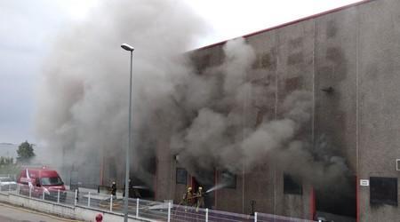 Un incendio quema parte de la fábrica de GasGas en Cataluña