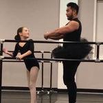 Un papá genial: se pone un tutú para acompañar a su hija en su demostración de ballet