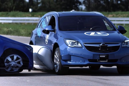 ZF está desarrollando un airbag para el exterior de los coches que es inteligente y predice los impactos