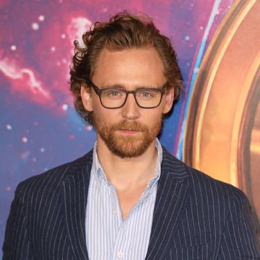 Tom Hiddleston no le teme a las rayas en su último look para la premere de 'Avengers'