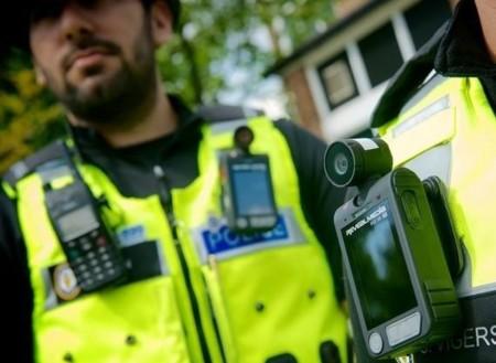 Así funcionan las cámaras que tendrán que llevar los policías en Estados Unidos