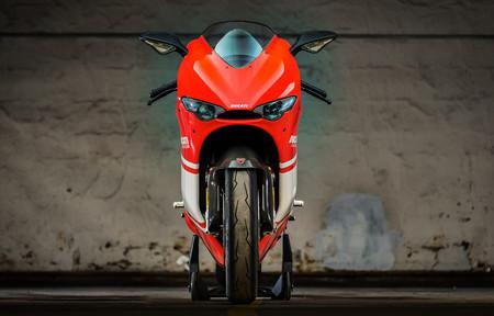 Una de las limitadas Ducati Desmosedici RR basadas en la MotoGP de 2006 se ha subastado por 38.500 euros
