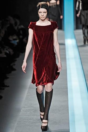 Fendi Otoño-Invierno 2009/2010 en la Semana de la Moda de Milán, vestido rojo