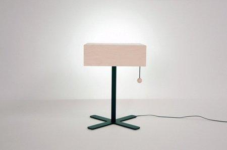 Natta: mesa, lámpara y cajón, tres en uno