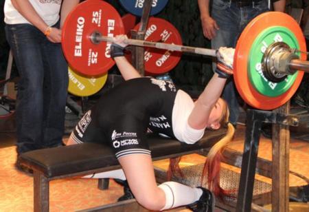 Niña con 13 años levantando 108 kg en press de banca